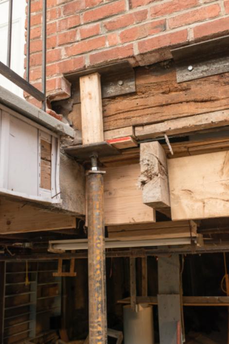 Un pilier soutenant tempotairement la maçonnerie d'une maison