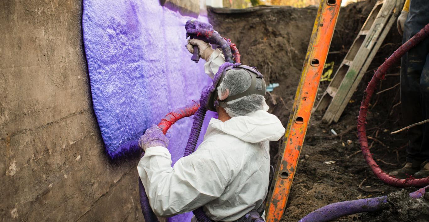 Un travailleur installant une membrane hydrofuge